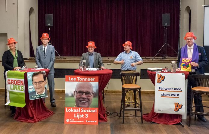Susan Doorenbos (GroenLinks), Francois Jongen (CDA), Lee Tonnaer (PvdA), Daan Leseman (VVD) en Geertjan Wienhoven (DGP). Met de rode Gelderlander-hoedjes konden de lijsttrekkers later op de avond inbreken op de een-op-een-debatten.