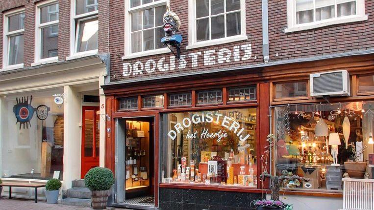 De beelden werden in Amsterdam sinds de zeventiende eeuw als uithangbord gebruikt van een drogist. Beeld Google Streetview