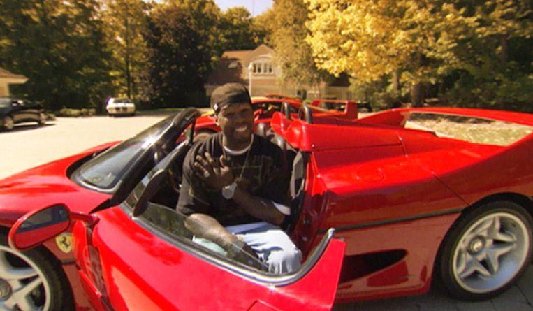 50 Cent in één van zijn zogezegde sportwagens.