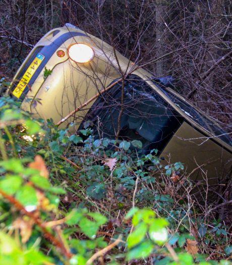 Auto glijdt van spekgladde weg bij Apeldoorn en belandt in greppel