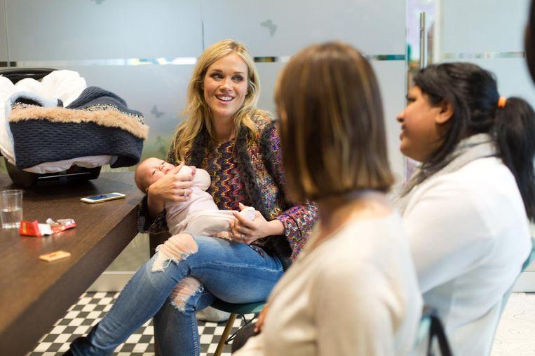 Virginie Claes bij de opening van het loket in Campus 3 met haar pasgeboren dochtertje Claire.