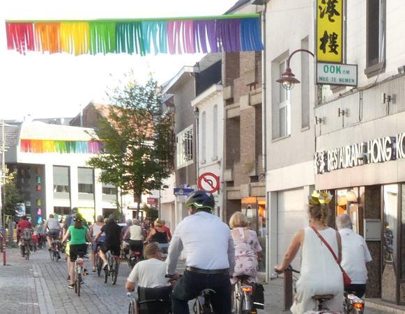 De regenbooglichten fleuren de handelsstraten in de vier dorpskernen op.