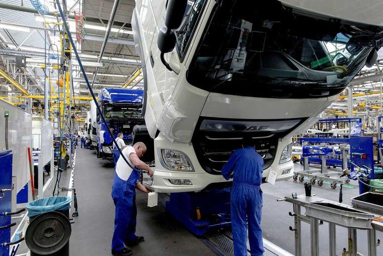 Werknemers sleutelen aan vrachtwagencabines in de werkplaats van auto- en vrachtautofabrikant DAF Trucks in Eindhoven. Beeld anp