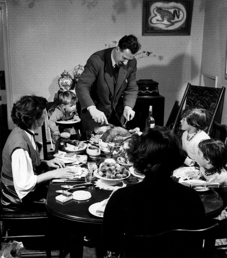 Gezin aan tafel bij kerstmaaltijd.  Beeld Spaarnestad Photo / HH