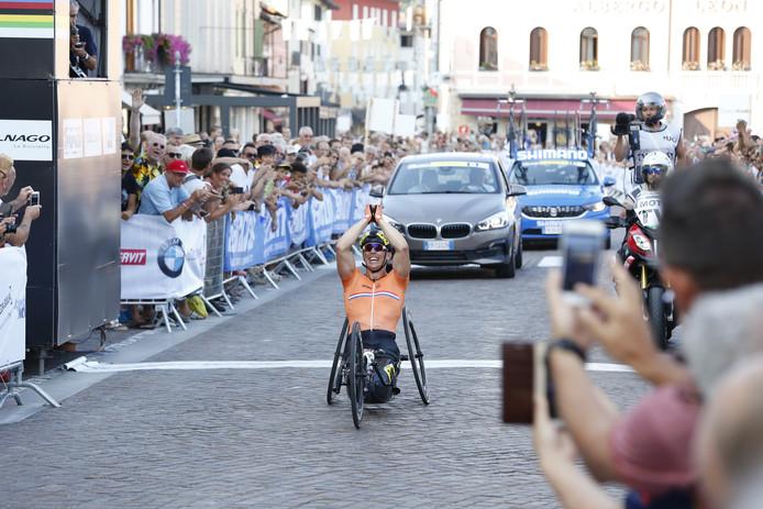 Tweevoudig wereldkampioen handbike Tim de Vries komt tijdens de Nationale Sportweek naar Helmond. Inzet: tv-presentator Frits Sissing geeft ook acte de présence in Helmond.