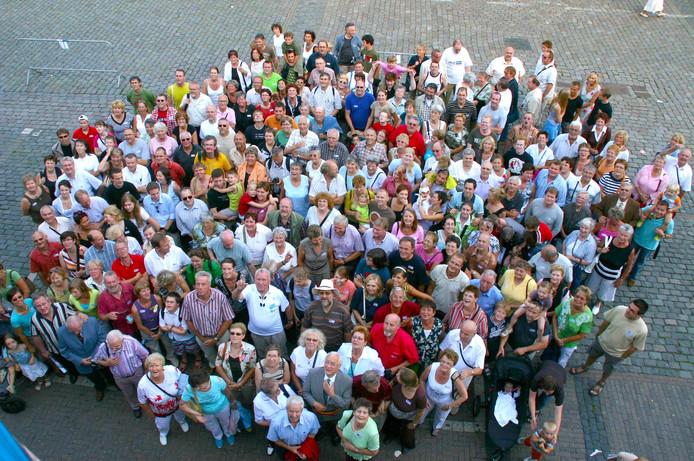 Deze mensen heten allemaal Van Turnhout met hun achternaam. Niet alleen Nederlanders, ook Canadezen en Amerikanen.