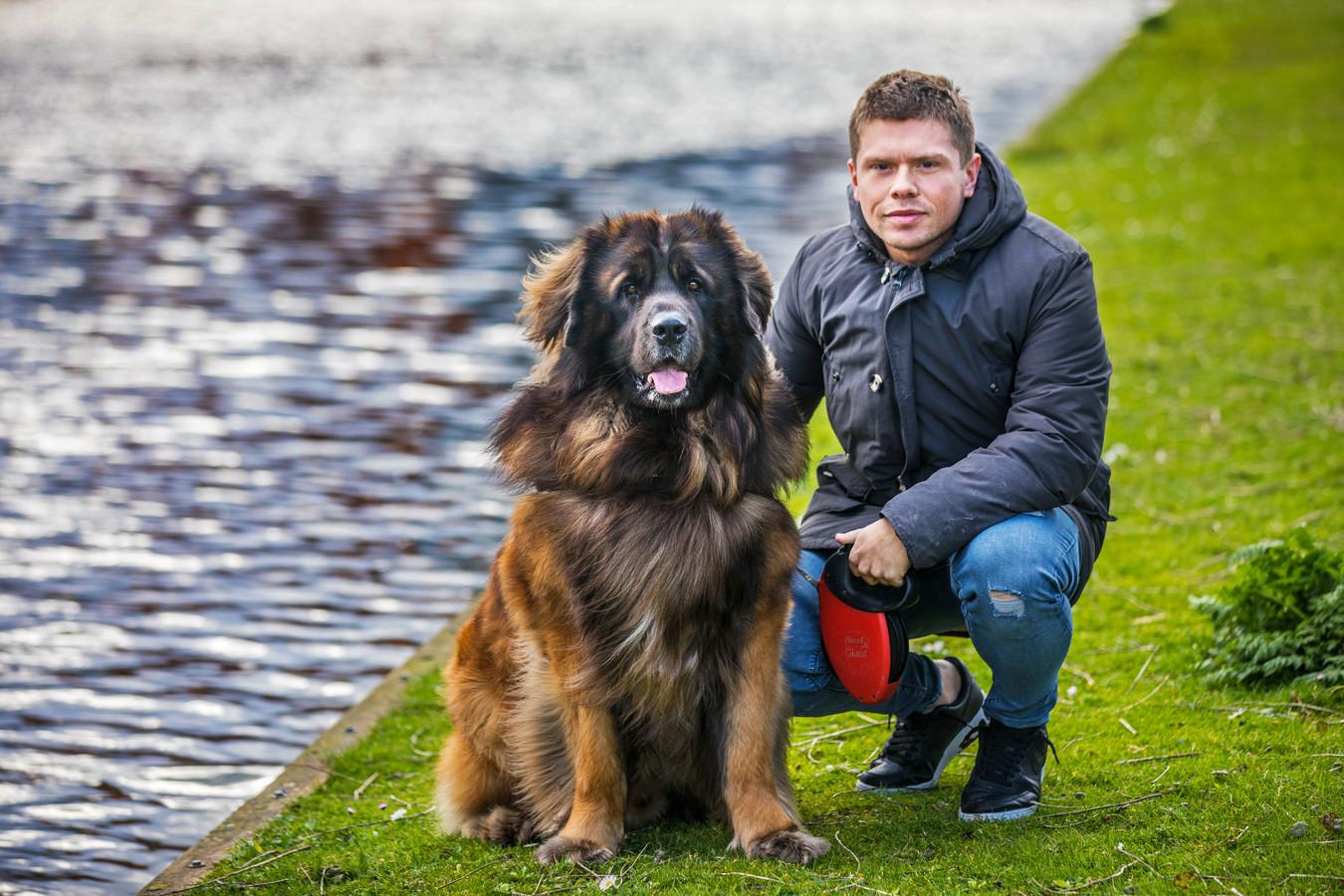 Nickey Rupp met zijn hond Boedda.