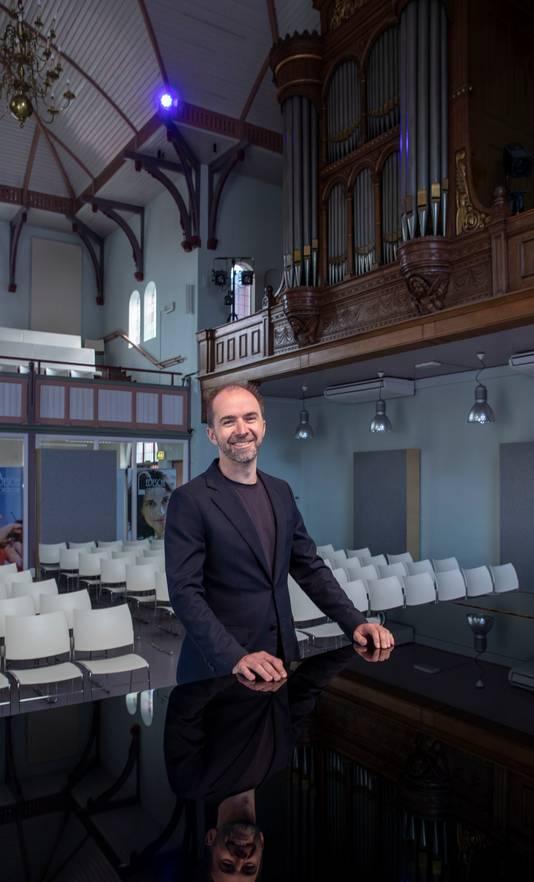 Nando Eskes in de voormalige gereformeerde Noorderkerk, nu omgevormd tot Edesche Concertzaal.