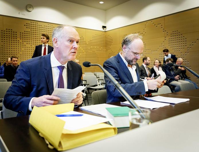 Niesco Dubbelboer (R) namens belangengroep Meer Democratie en advocaat Jan van der Grinten.