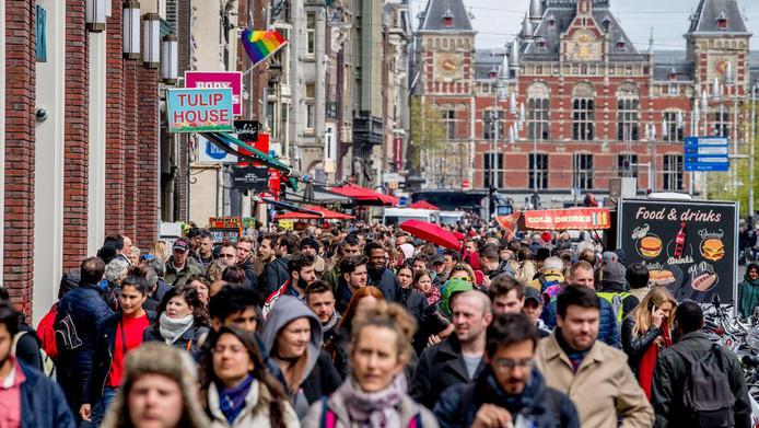Drukte in het centrum van Amsterdam. De stad dreigt onleefbaar te worden door de snelle stijging van het aantal toeristen, zeggen critici.