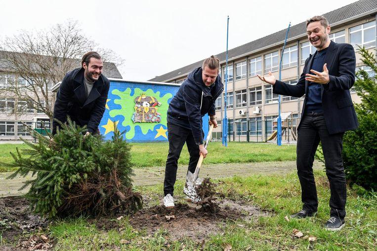 De kerstbomen die vorig jaar werden aangeplant in de tuin van de school hebben de hete zomer niet overleefd.