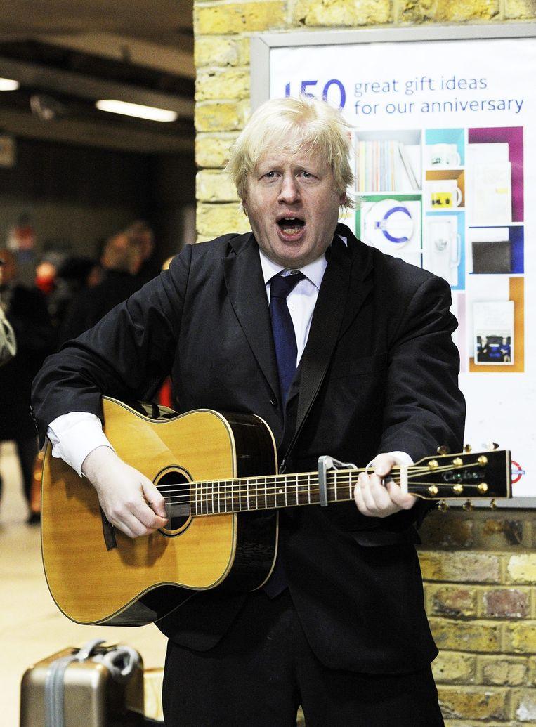 Burgemeester Boris Johnson speelt gitaar (2013). Beeld EPA