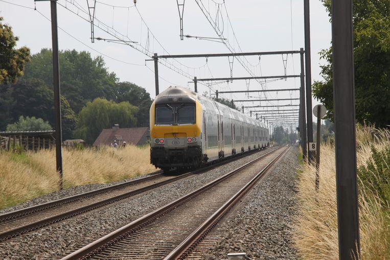 De trein kwam wat verderop tot stilstand.