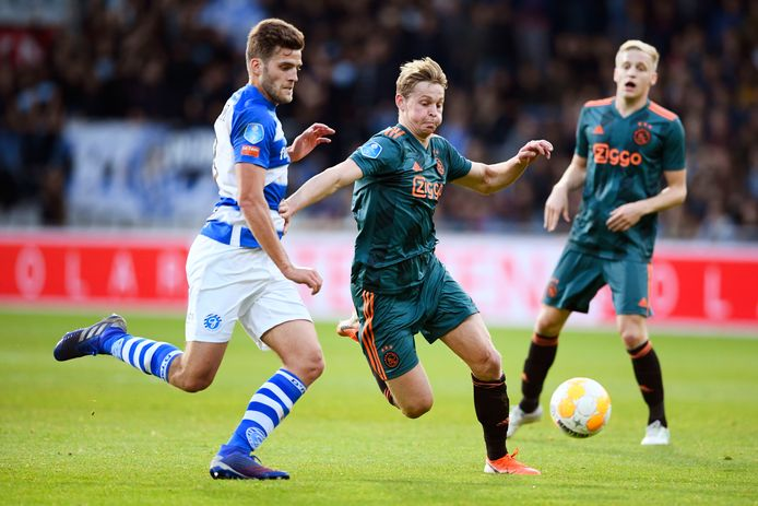 Frenkie de Jong van Ajax in duel met Bart Straalman van De Graafschap.