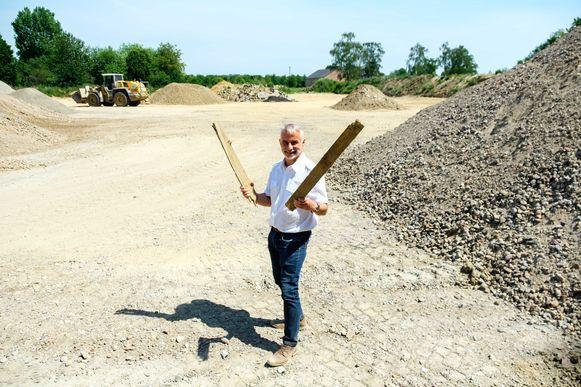 Dorpsdichter Jan Somers schreef een gedicht voor het nieuwe vlonderpad in Borsbeek. Hiervoor zal hij in totaal 18 planken nodig hebben.
