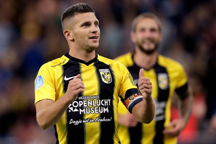 Bryan Linssen viert zijn goal tegen PEC Zwolle met het nabootsen van een trein.