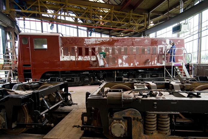 In een hal van NS-dochter NedTrain knapten werklozen tussen 2004 en 2011 oude treinen op.