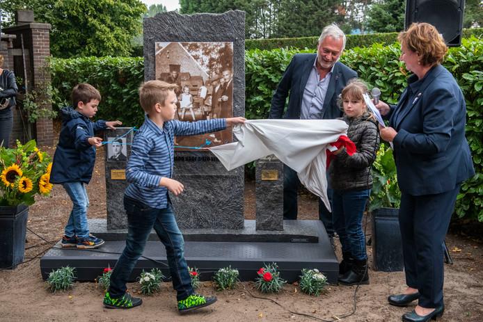 Pim, Rins en Britt van basisschool de Heidepoort onthullen het Poolse oorlogsmonument. Achter de kinderen Karel Martinet en Juf Ingeborg.