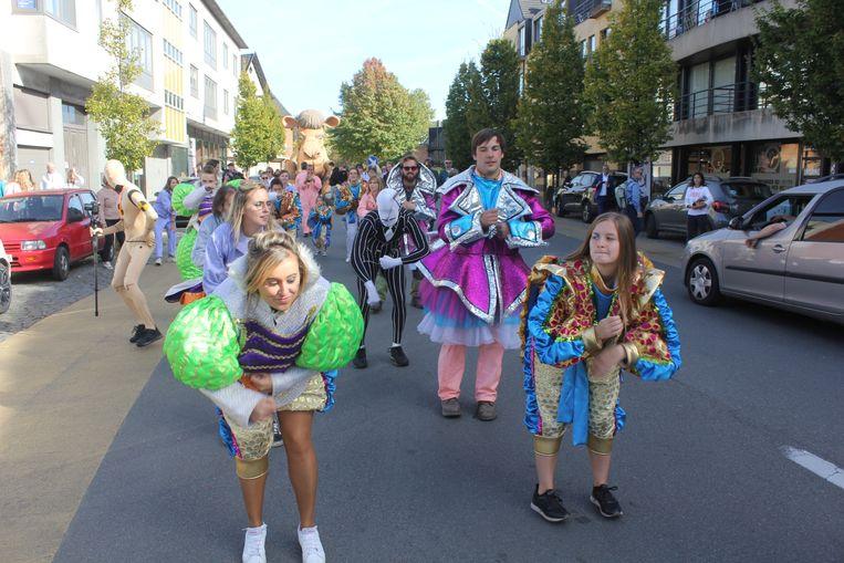 De parade van De Loizemaanen en de kunstenaars van de carnavalshallen naar Netwerk Aalst.