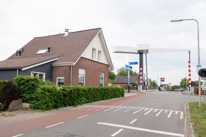 Het huis van Gert van den Hoeven is bij werkzaamheden aan het kanaal flink beschadigd geraakt.