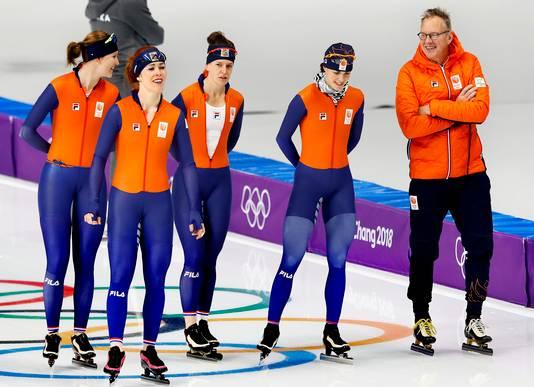 Ontspannen gezichten tijdens de training bij de ploegenachtervolging. Vlnr Lotte van Beek, Antoinette de Jong, Ireen Wüst, Marrit Leenstra en coach Geert Kuiper.