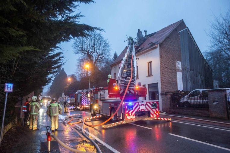 De brandweer had de hele steenweg nodig voor de bluswerken, die drie uur in beslag namen.