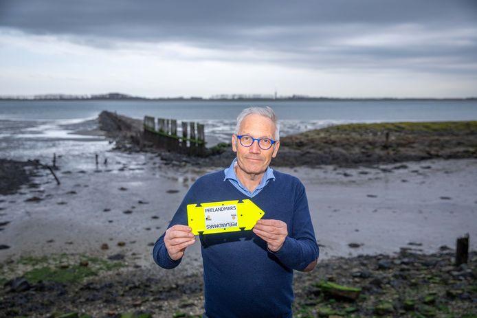 Izak van Maldegem van de Rotaryclub Goes-De Bevelanden op de Zeedijk bij Kats, waarlangs de Peelandmars voert.