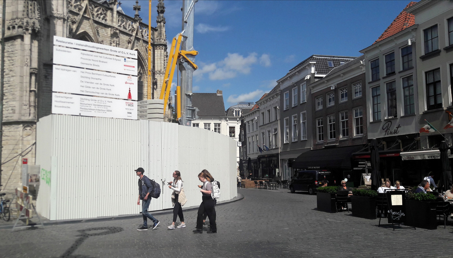 De bouwschutting bij de Grote Kerk in Breda