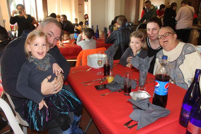Tweeling Sennah en Noah met hun familie.