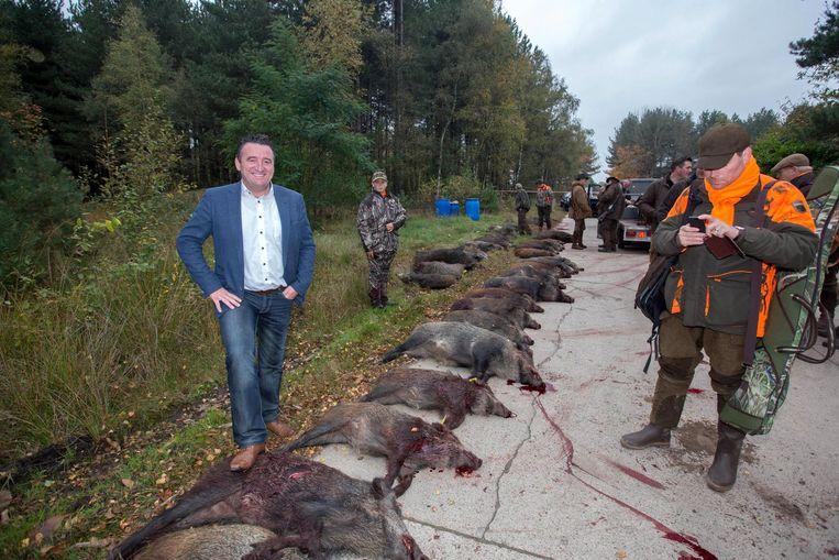 Burgemeester Dalemans poseerde na de drijfjacht van vorige maand voor deze foto. Iets wat bij enkele mensen in het verkeerde keelgat schoot.