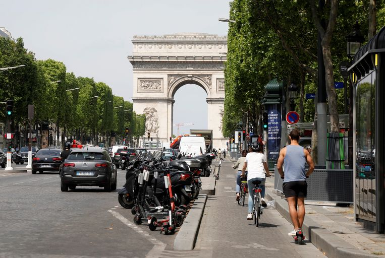 Nu ook niet-essentiële winkels in de hoofdstad weer mochten openen, is het al wat drukker op de wereldberoemde Champs Élysées.