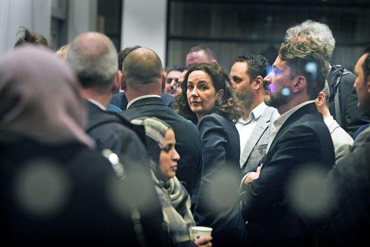 Burgemeester Femke Halsema staat tussen de ouders van het Cornelius Haga Lyceum voor een gesprek over de problemen.   Beeld null