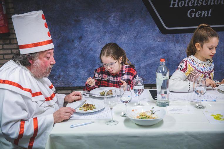 De kinderjury - met groot kind Luk De Bruyker - proeft de zurkelplets