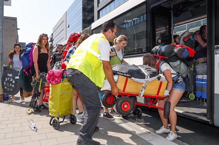 De eerste festivalgangers namen gistermiddag aan het station in Leuven de festivalbus.
