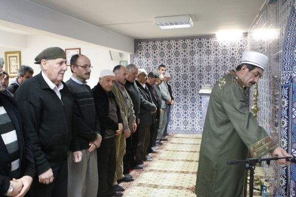 De kleine moskee zit snel vol.
