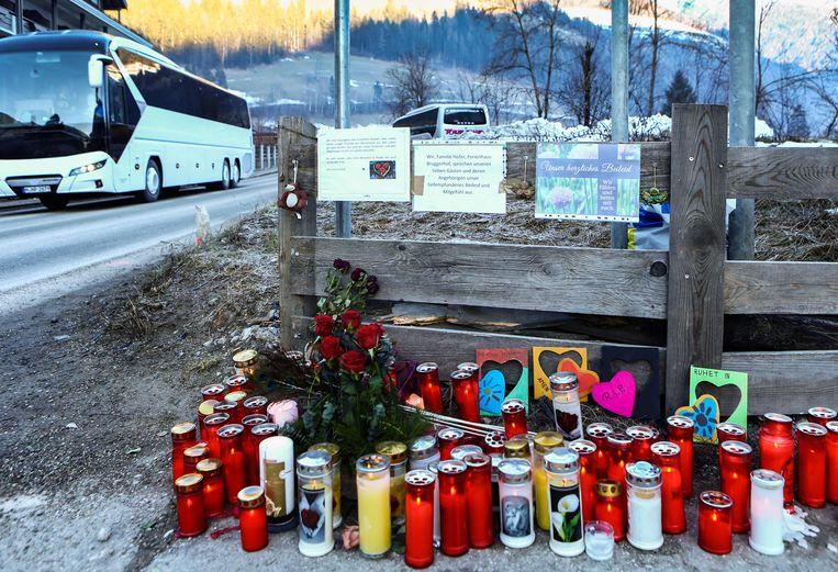 Kaarsen, bloemen en kaartjes op de plek waar het dodelijke ongeval gebeurde (Luttach, Zuid-Tirol).