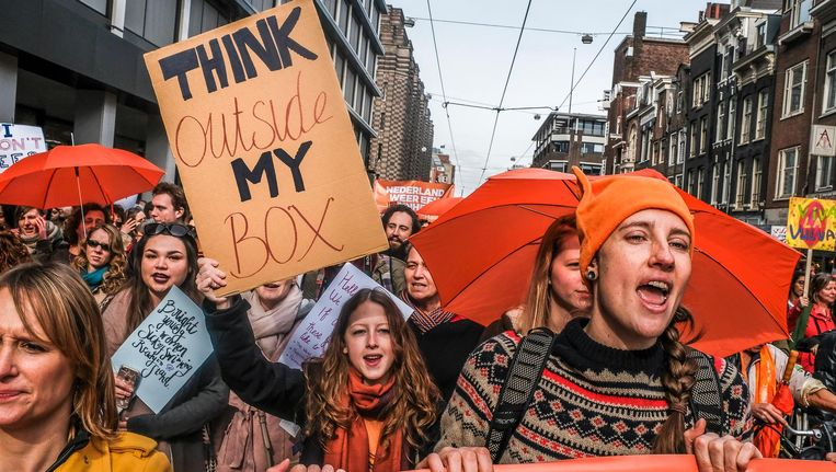 Demonstreren, zoals op 11 maart bij deze mars voor verdraagzaamheid, laat betrokkenheid zien bij de samenleving. Mee besturen kan de volgende stap zijn. Beeld Joris van Gennip