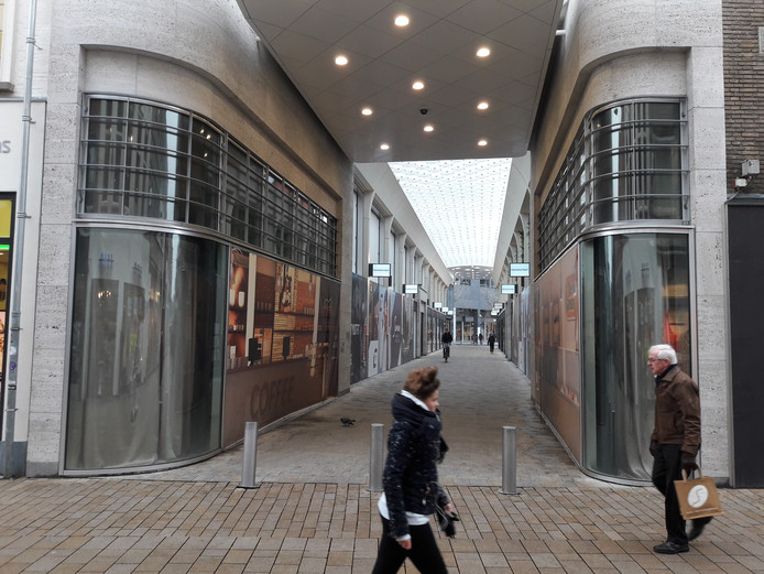 De Frederikstraat vanuit de Heuvelstraat, met links en rechts de nog leegstaande miniwinkeltjes.