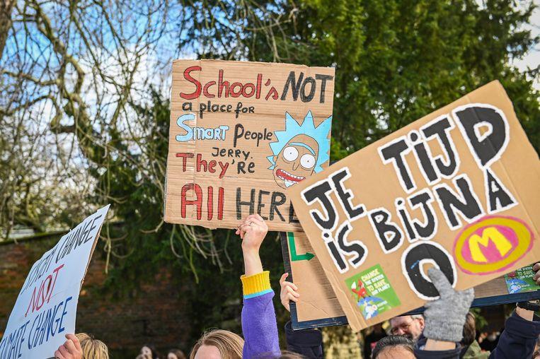 De klimaatmanifestatie ging zoals gewoonlijk gepaard met heel wat bordjes met klimaatslogans.