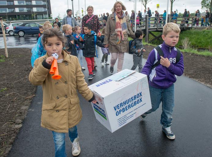 Leerlingen, ouders en leerkrachten van de Zierikzeese Theo Thijssenschool trokken in 2014 in optocht naar het nieuwe gebouw in de wijk Noorderpolder. Sindsdien groeide het leerlingenaantal van de brede school als kool en daar lijkt voorlopig nog geen einde aan te komen.