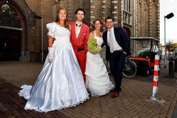 Twee bruidsparen doen een opdracht van de dorpskwis in Oud-Gastel