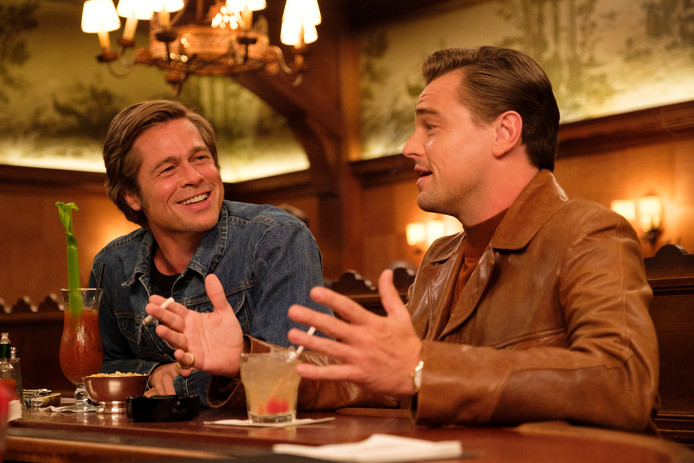 Brad Pitt en Leonardo DiCaprio (rechts) in een scene van 'Once Upon a Time in Hollywood'.