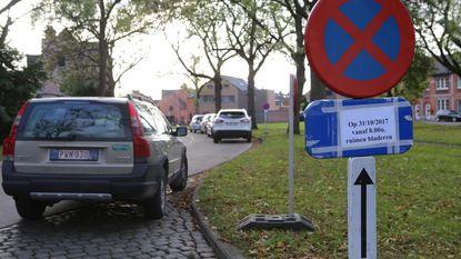 """Parkeerverbod aan kerkhof: """"Om bladeren te ruimen? Hier ligt nauwelijks iets!"""""""