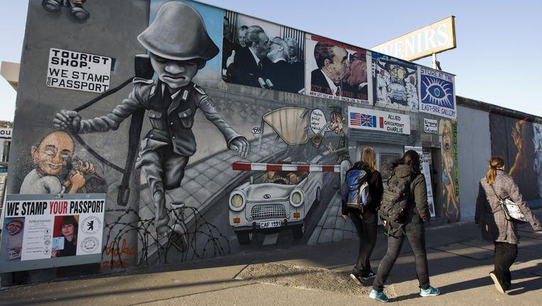 Toeristen bij de Berlijnse Muur, East Side Gallery Beeld ANP