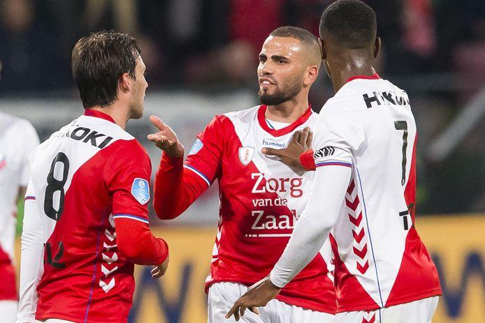 Oussama Tannane met Joris van Overeem (l) en Gyrano Kerk (r) zaterdag tegen AZ.