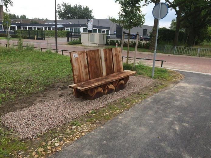 Van de sequoia die gekapt werd op het terrein van de voormalige gemeentewerf is onder meer dit zitbankje geplaatst, dat inmiddels een plek heeft gekregen aan de Stakenbeek.