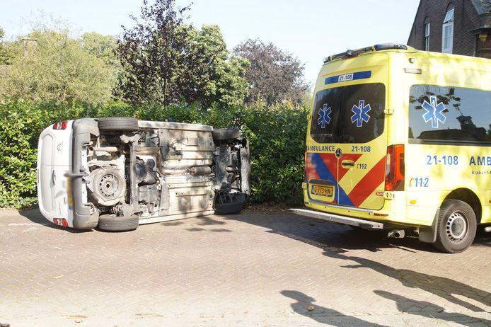 De bestuurder van de bestelauto ging er na het ongeval vandoor.