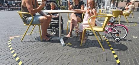 Afzetlinten en gezichtsbescherming op terras in Oosterhout: 'Veiligheid is belangrijker dan schoonheid'