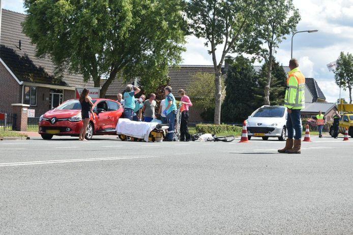 Hulpdiensten ontfermen zich over het slachtoffer. Er kwam ook een traumahelikopter ter plaatse.