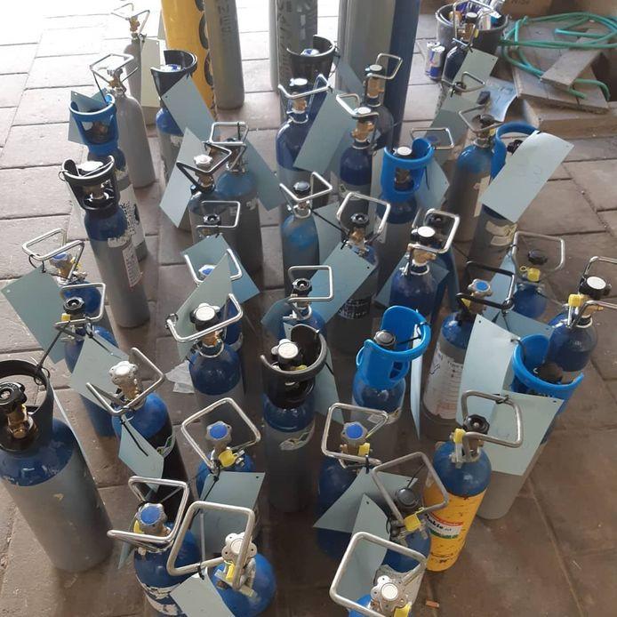 In totaal vond de politie 83 flessen lachgas.